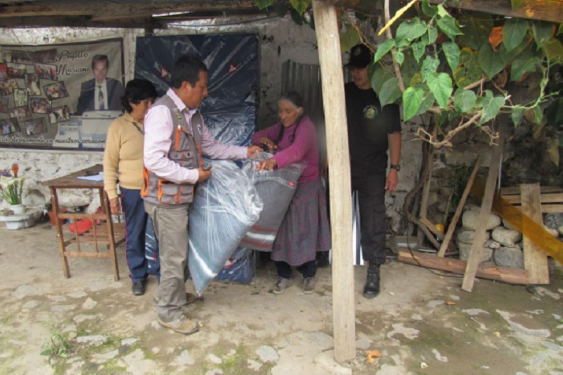 Se prestó ayuda con colchones, frazadas y utensilios a una anciana de la urbanización Santa Rosa, cuya vivienda colapsó