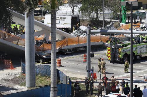 Colapsa puente en Miami Foto: AFP