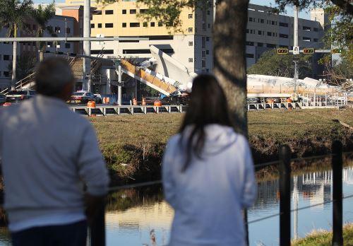 Puente peatonal se derrumbó en Miami, Florida