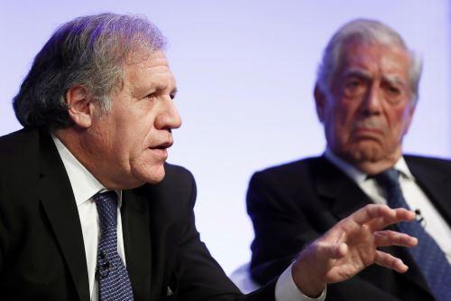 Luis Almagro, secretario gral. de la OEA, y Vargas Llosa. Foto: EFE