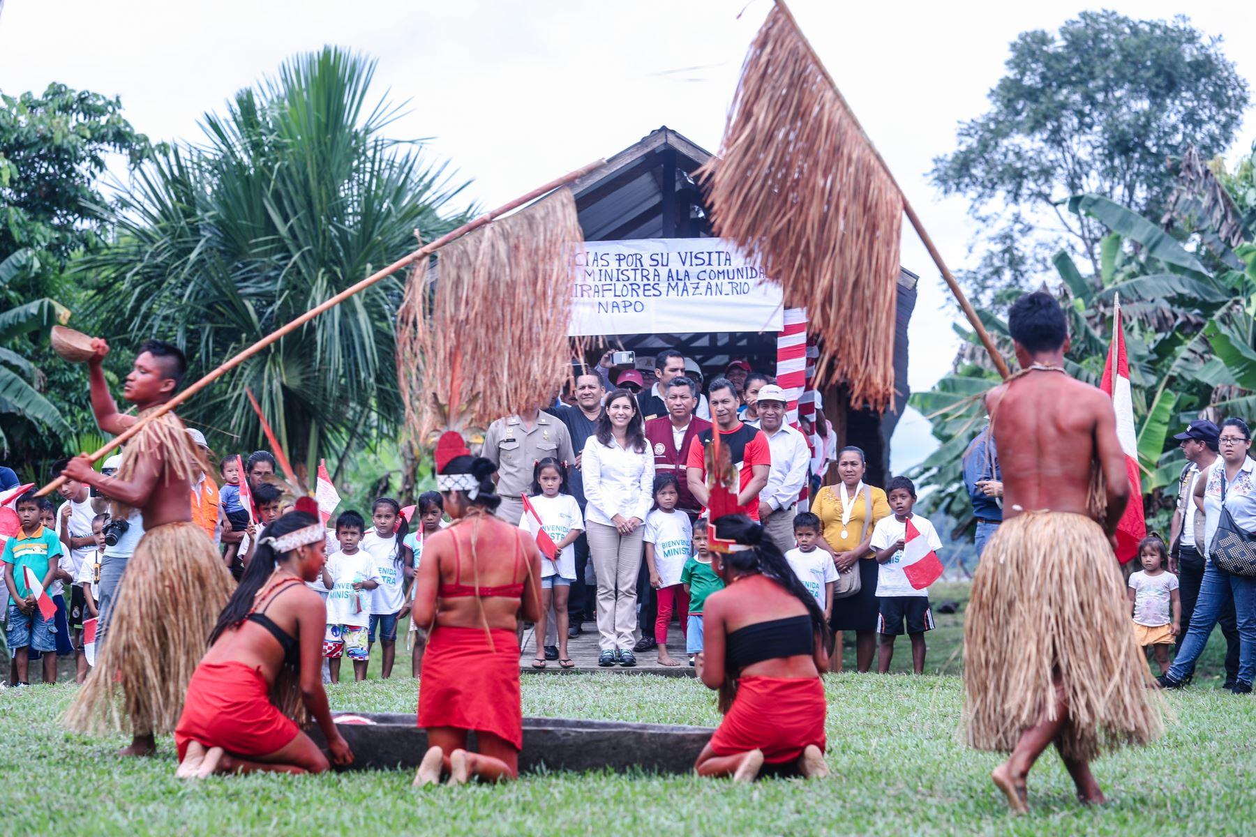 Angela Grossheim llegó a la alejada comunidad de Miraflores, a más de dos horas de Iquitos, por vía fluvial. En el lugar participó de una emblemática ceremonia junto al alcalde del distrito de Mazán, Eduard Reátegui.