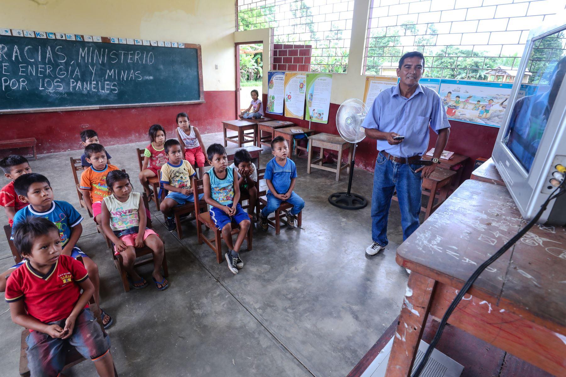 El colegio N° 60300 de la localidad de Miraflores, distrito de Mazán, Loreto, es la primera escuela de la Amazonía en contar con un sistema de paneles solares que le permitirá abastecerse de electricidad y con ello potenciar el desarrollo educativo de sus estudiantes.