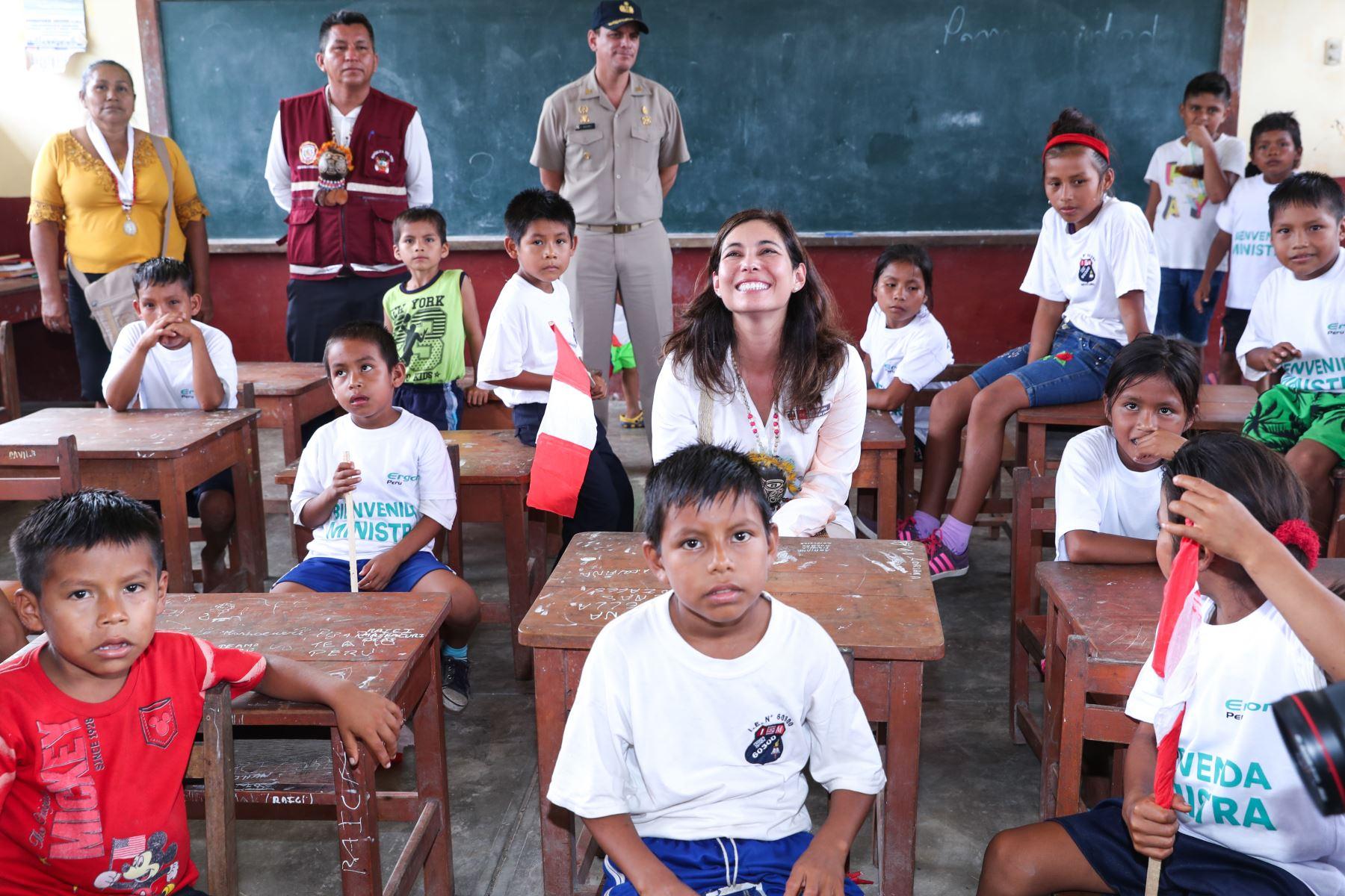 La ministra Angela Grossheim hizo entrega de las obras al director de la escuela, quien agradeció el apoyo del gobierno para continuar impulsando el aprendizaje de los menores.