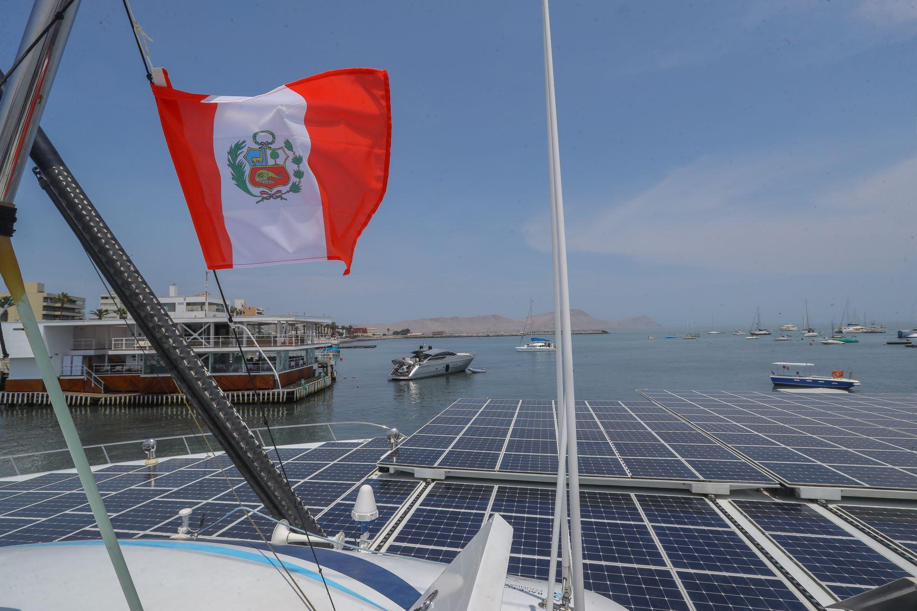 Paneles solares que permiten que la embarcación obtenga parte de la energía necesaria para su travesía. Foto: ANDINA/Andrés Valle