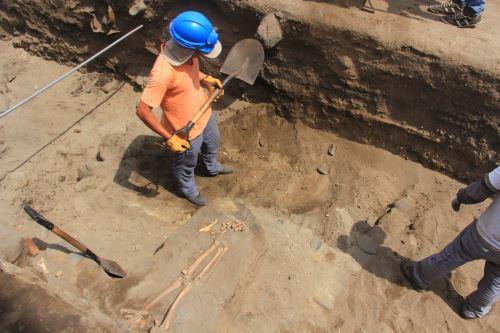 Descubren 47 entierros de más de 2,500 años en Huanchaco, Trujillo