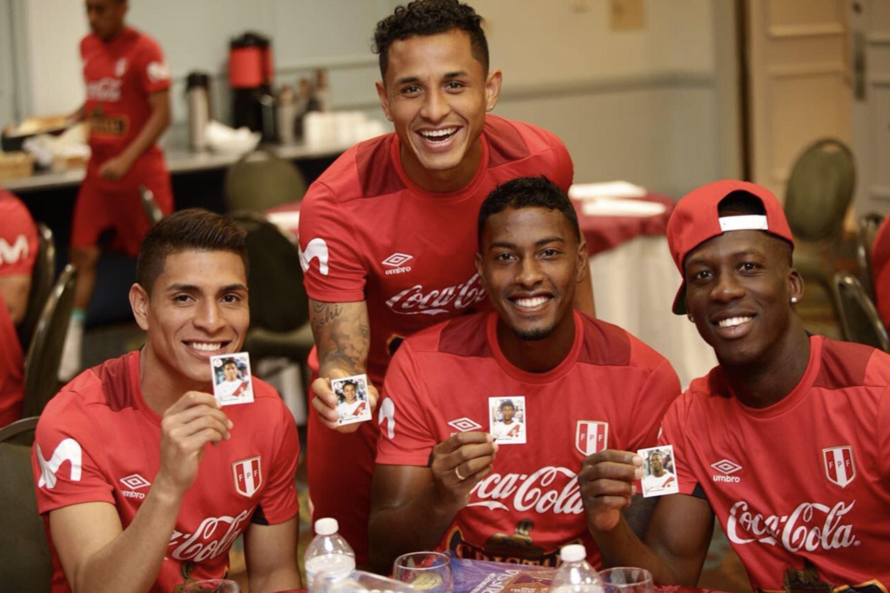 Jugadores de la selección peruana  se entretienen con el álbum de figuritas Panini del Mundial de Rusia 2018. Foto: ANDINA/Twitter-FPF.