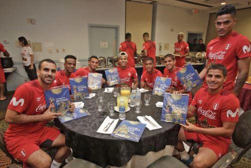 Selección peruana posa con álbum de figuritas Panini del Mundial de Rusia 2018.