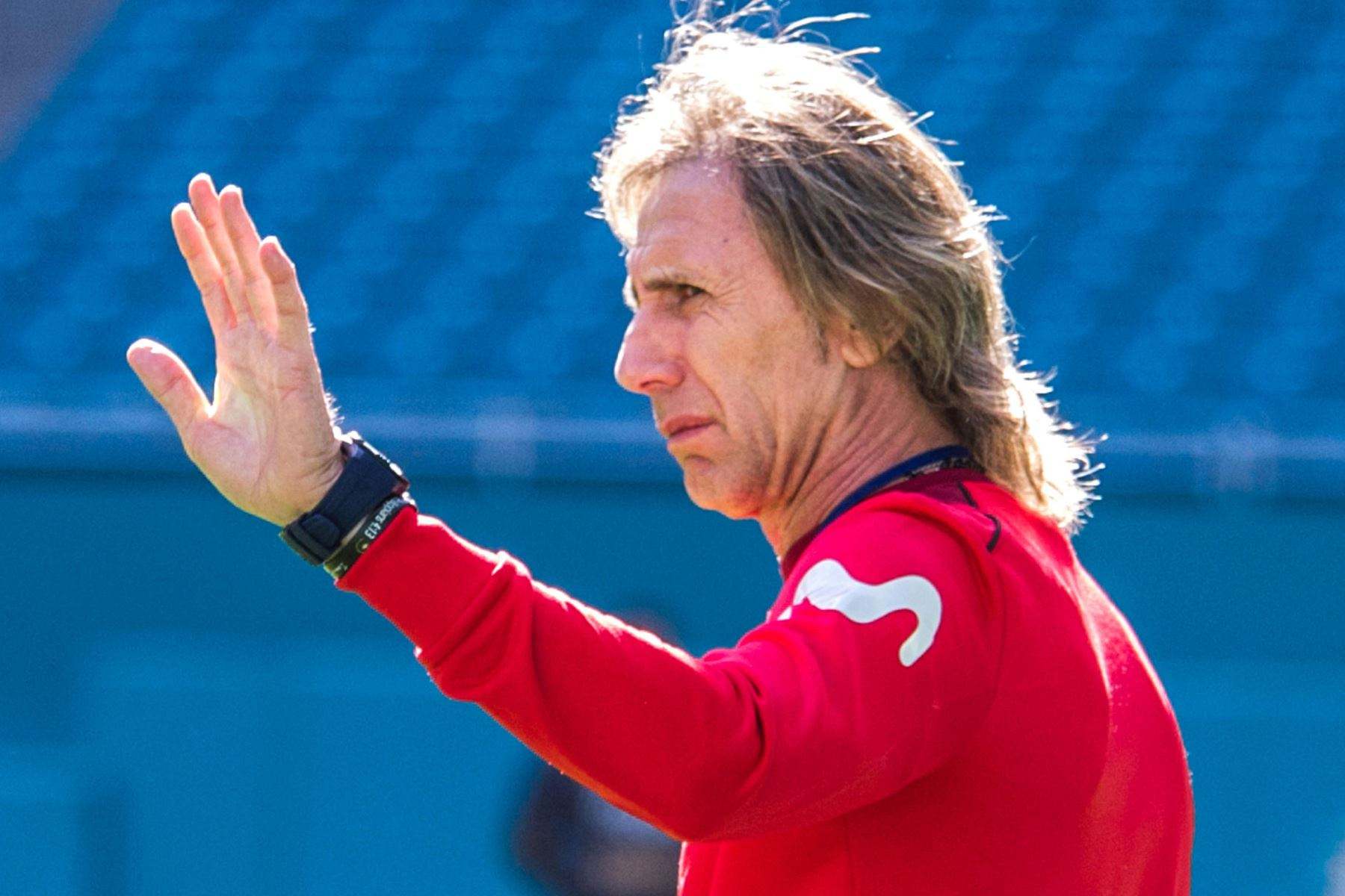 El director técnico de Perú, Ricardo Gareca, participa en el entrenamiento, de la selección, en el estadio Hard Rock de Miami. Foto:EFE