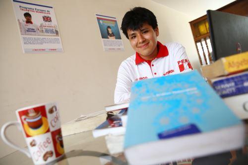 Estudiante peruano gana beca en una de las mejores universidades del mundo.