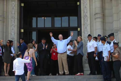 Presidente Pedro Pablo Kuczynski, se despide de trabajadores de palacio de gobierno