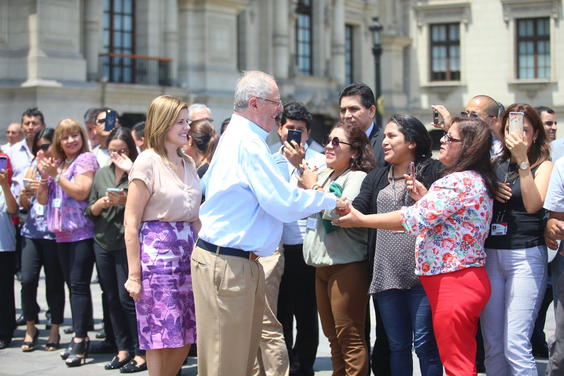 Presidente Pedro Pablo Kuczynski, se despide de trabajadores de palacio de gobierno.Foto:ANDINA/Prensa Presidencia