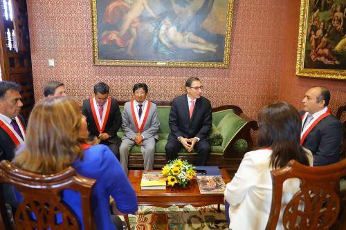 Martín Vizcarra recibe a la comisión de anuncio en el Palacio de Torre Tagle