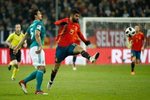Diego da Silva Costa  y el defensor alemán,  Mats Hummels luchan el balón en el amistoso entre España y Alemania