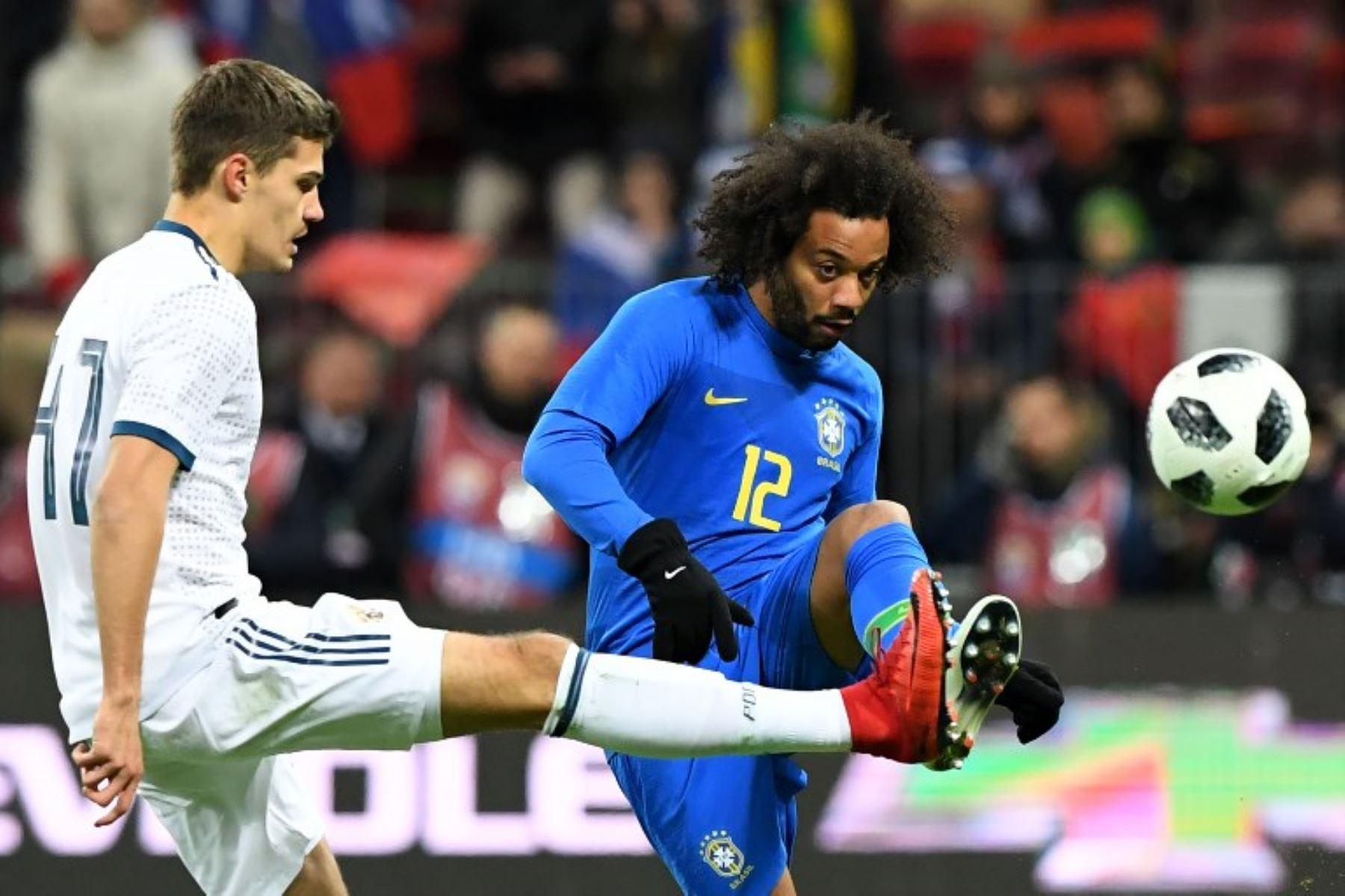 El delantero brasileño Taison y el centrocampista ruso Yuri Zhirkov compiten por el balón durante un partido internaciona.Foto:AFP
