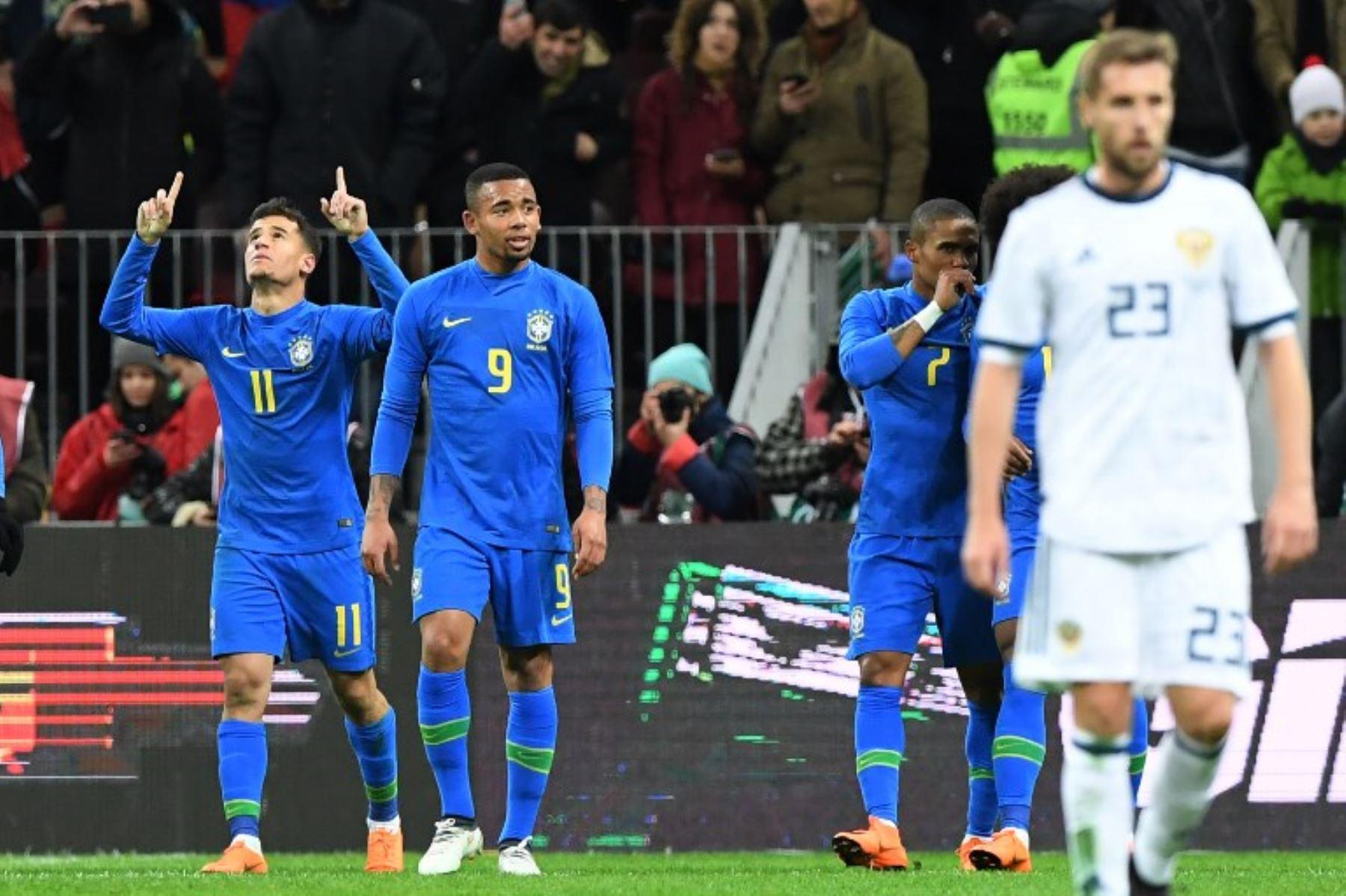 El brasileño Philippe Coutinho, el delantero brGabriel Jesus y el centrocampista brasileño Douglas Costa celebran durante un partido de fútbol internacional amistoso entre Rusia y Brasil .Foto:AFP
