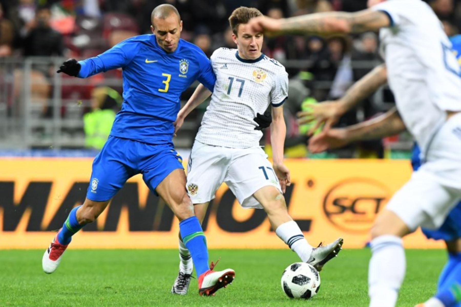 El defensa brasileño Miranda  y el mediocampista ruso Alexander Golovin compiten por el balón durante un partido amistoso internacional de fútbol entre Rusia y Brasil en el estadio Luzhniki en Moscú.Foto:AFP