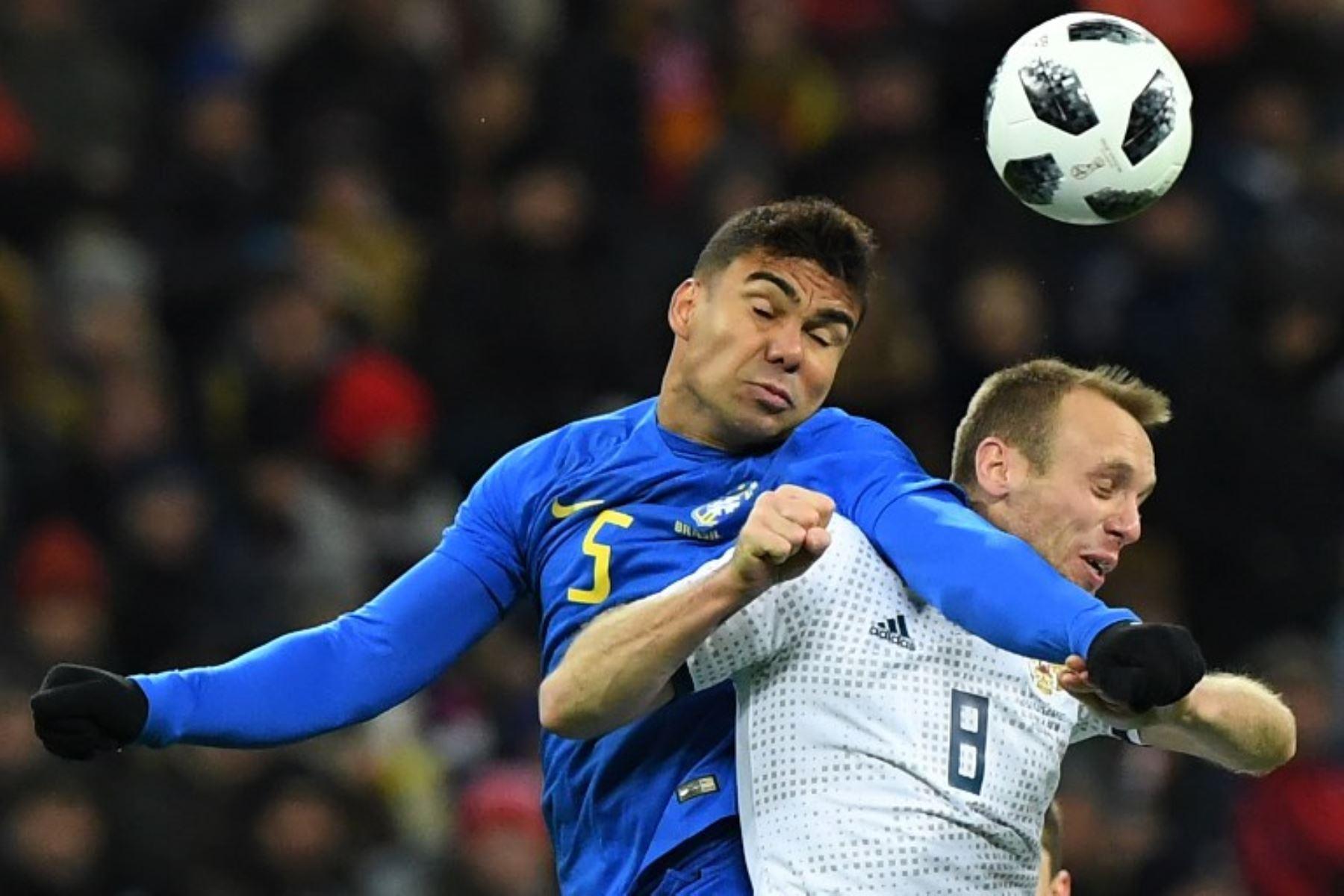 El centrocampista brasileño Casemiro y el mediocampista de Rusia Denis Glushakov compiten por el balón durante un partido amistoso de fútbol entre Rusia y Brasil.Foto:AFP