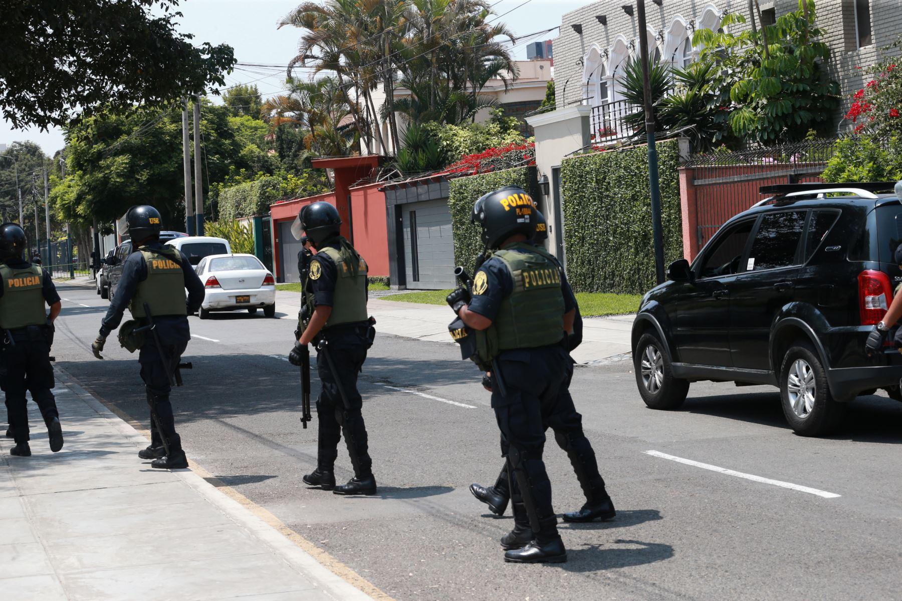 Fiscal Marcial Paucar dirige allanamiento en vivienda de PPK en San Isidro .Foto: ANDINA/Norman Córdova