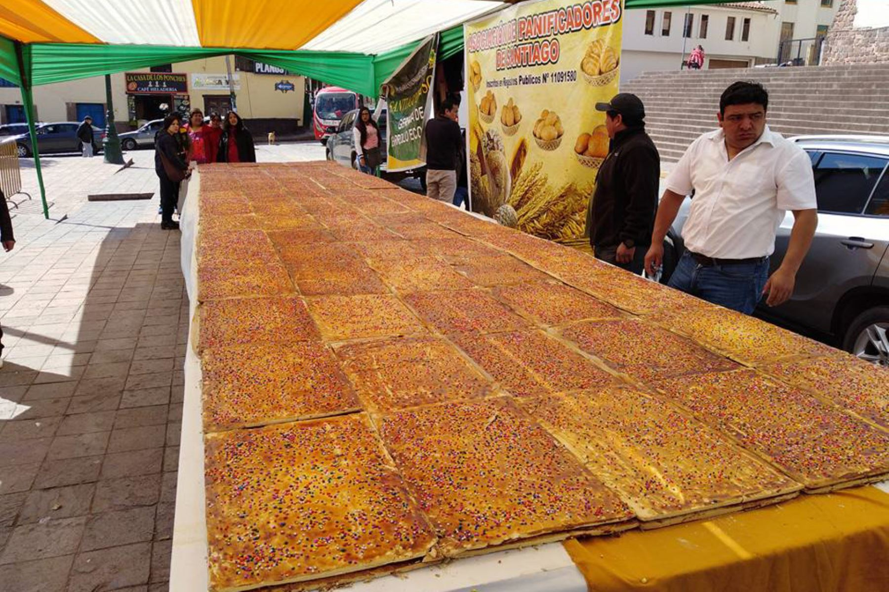 Panaderos de Cusco elaboran la empanada más dulce del mundo. ANDINA/Percy Hurtado
