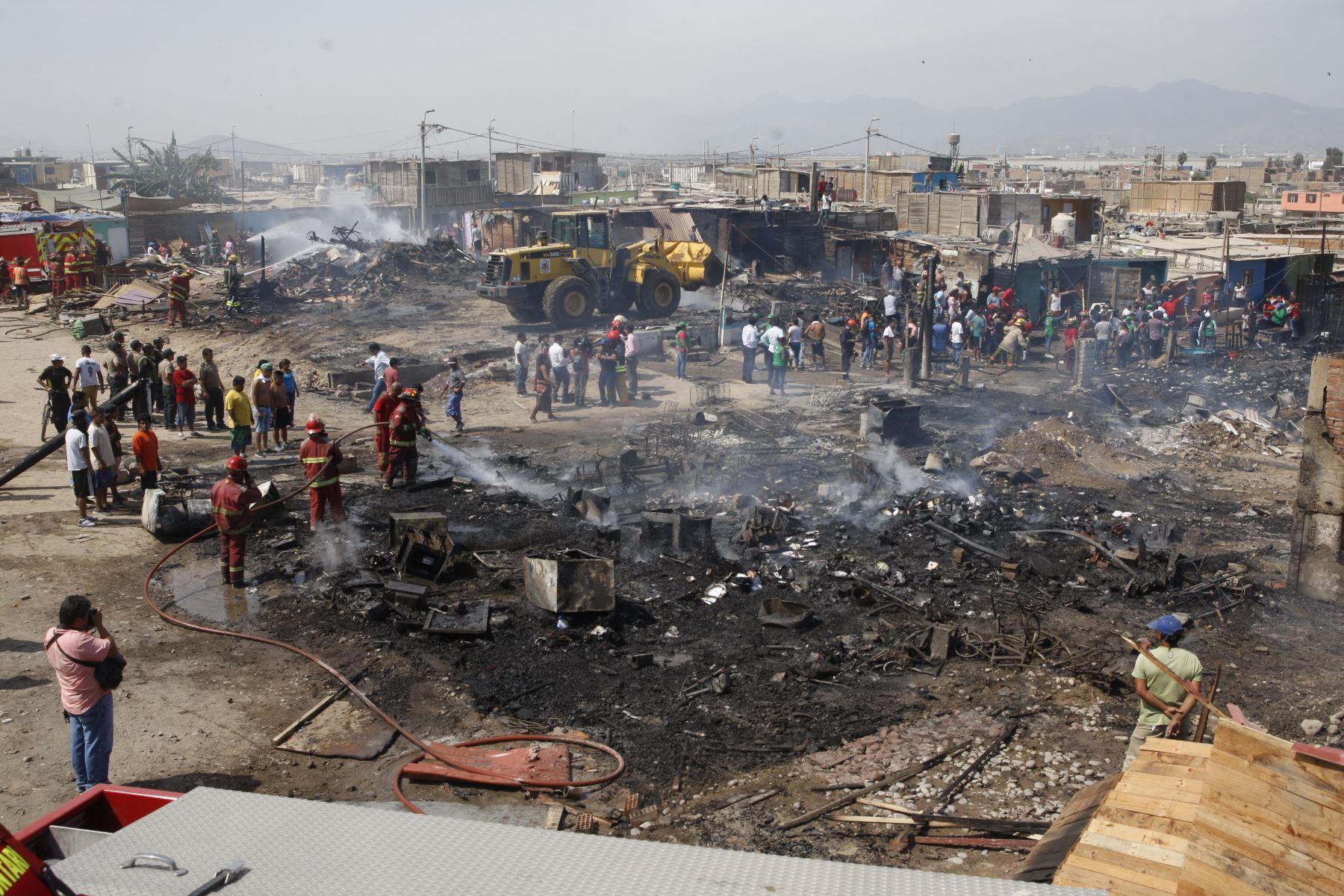 Un incendio redujo a cenizas varias viviendas del AA.HH Tiwinza — Callao