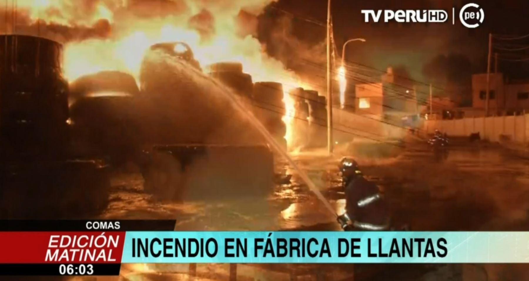 Gran incendio consume depósito de llantas en Comas — Lima