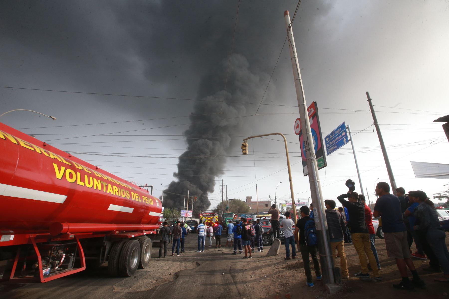 Vizcarra se vistió de bombero e inspeccionó la zona — Incendio en Comas