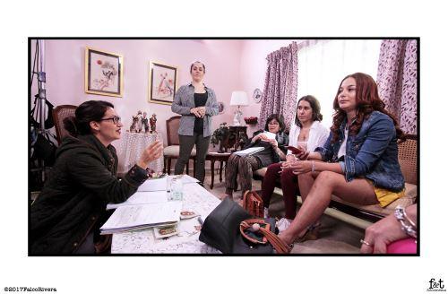 "Directora Ani Alva Helfer dirigiendo a parte del elenco de ""No me digas solterona""."