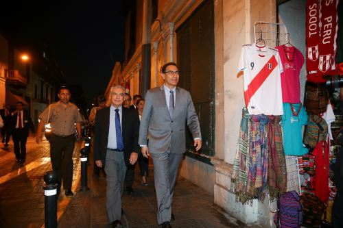 Martín Vizcarra y César Villanueva saludan a la población