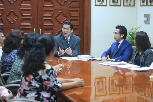 Ministro de Justicia, Salvador Heresi, recibió a víctimas del periodo de violencia en el país. Foto: Difusión.