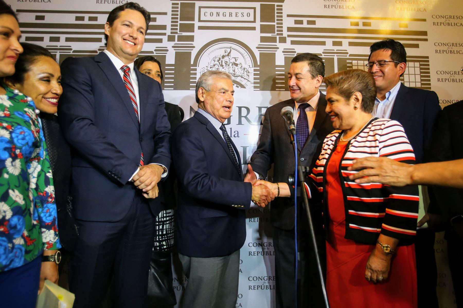 Al final de la rueda de prensa posaron para la fotografía de estilo con cordiales saludos. Foto: ANDINA/Luis Iparraguirre