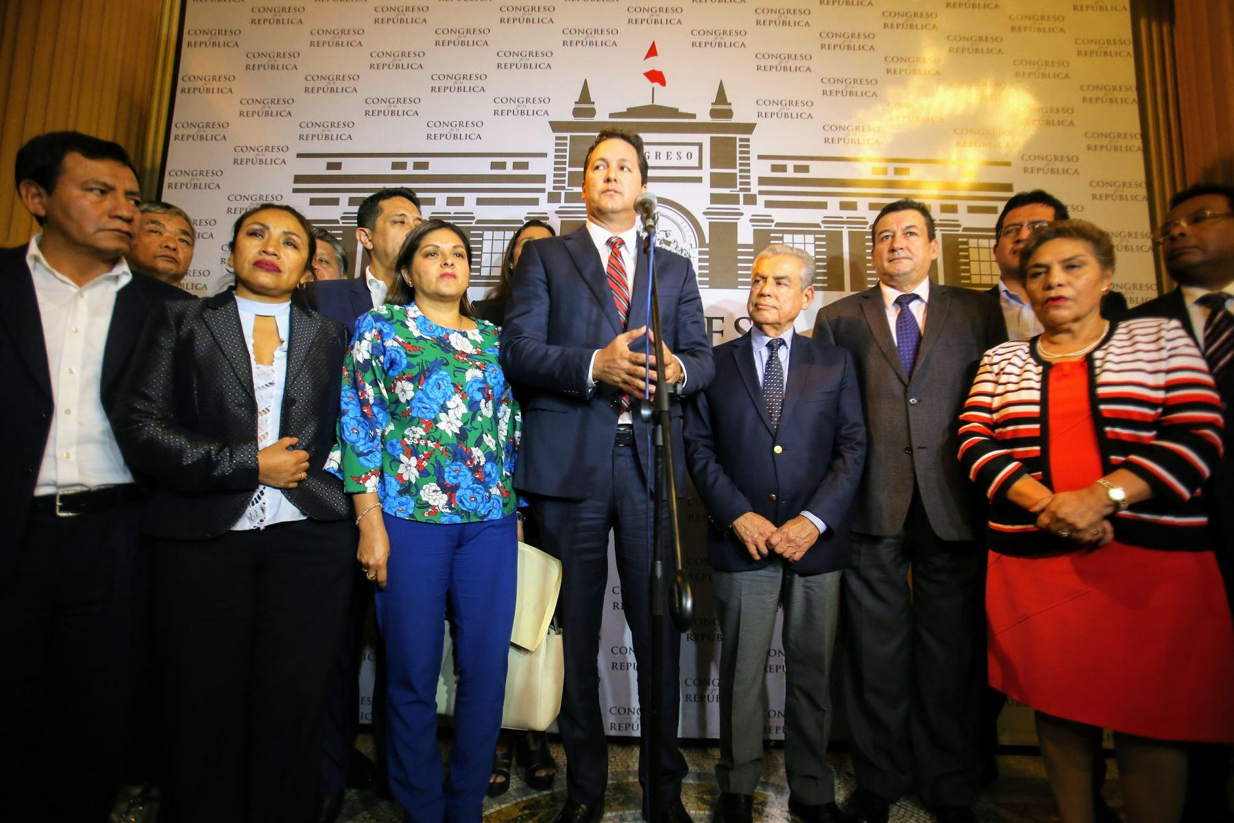 Presidente del Consejo de Ministros, César Villanueva, se reune con miembros de la bancada de Fuerza Popular en el Congreso de la República. Foto: ANDINA/Luis Iparraguirre