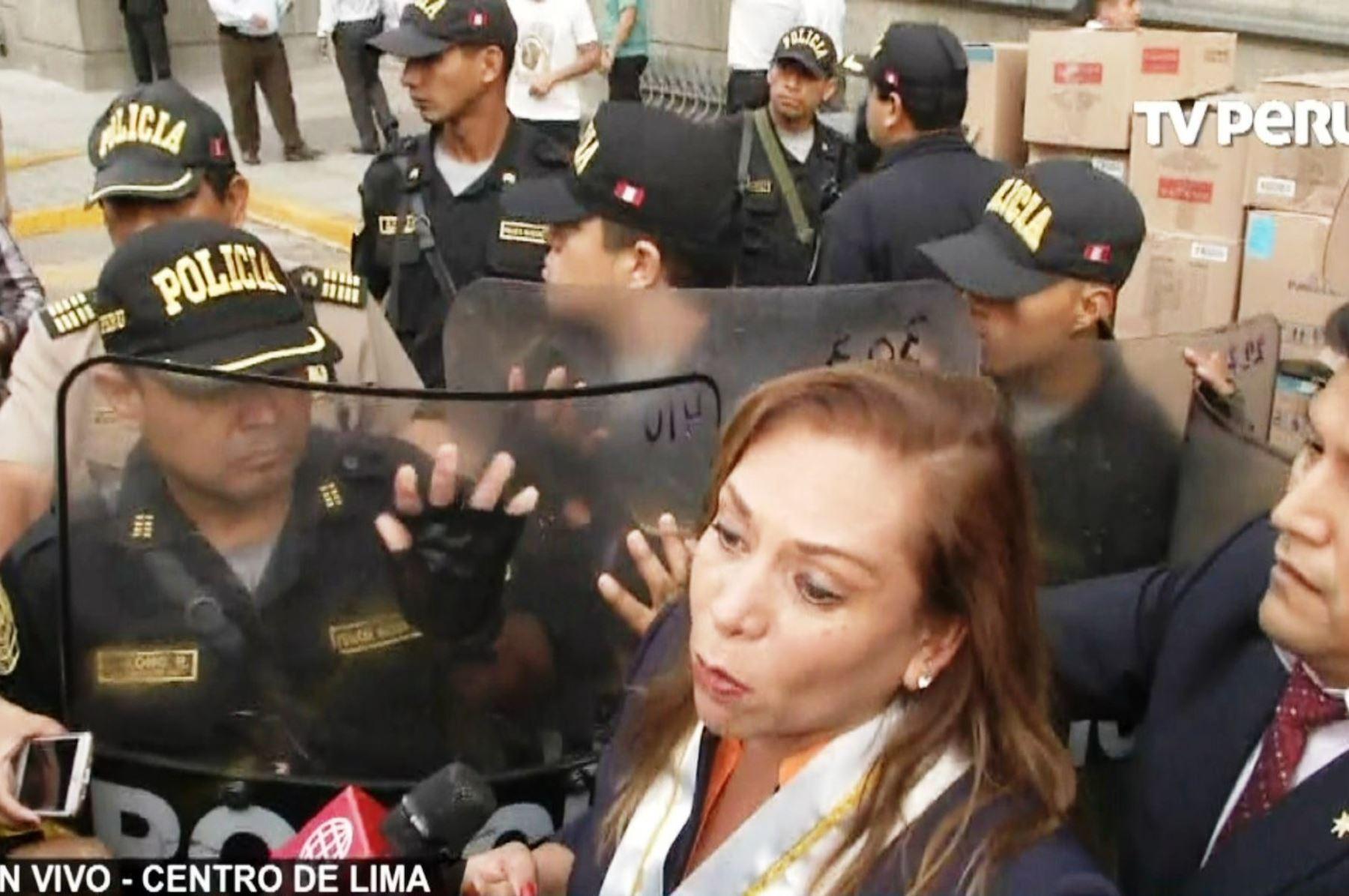 Abogados se enfrentaron violentamente a la Policía para evitar desalojo del PJ