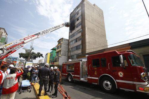 Bomberos controlan incendio en edificio de Lince
