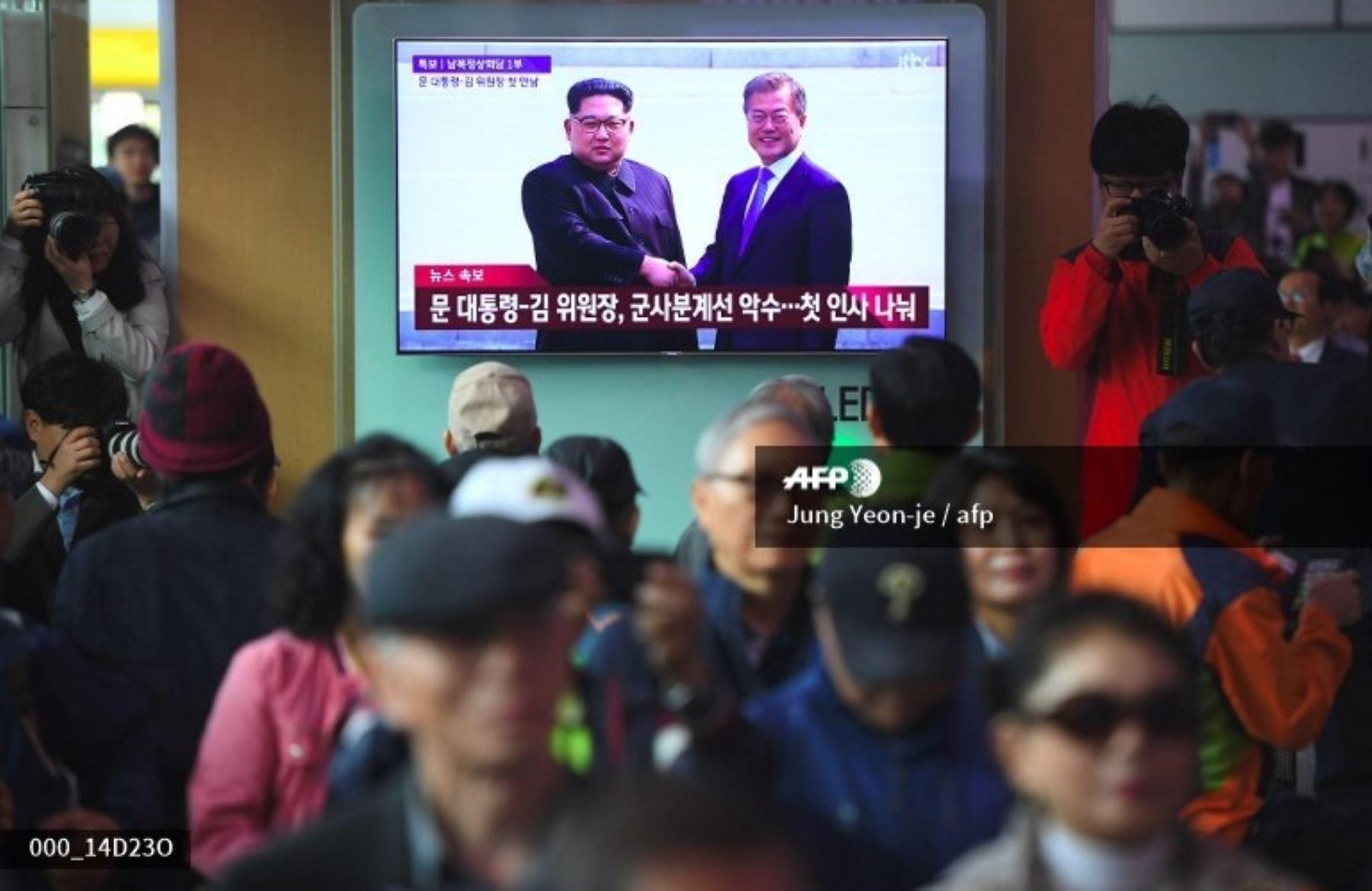 Presidentes de Corea del Sur y Corea del Norte se sostienen histórico encuentro.