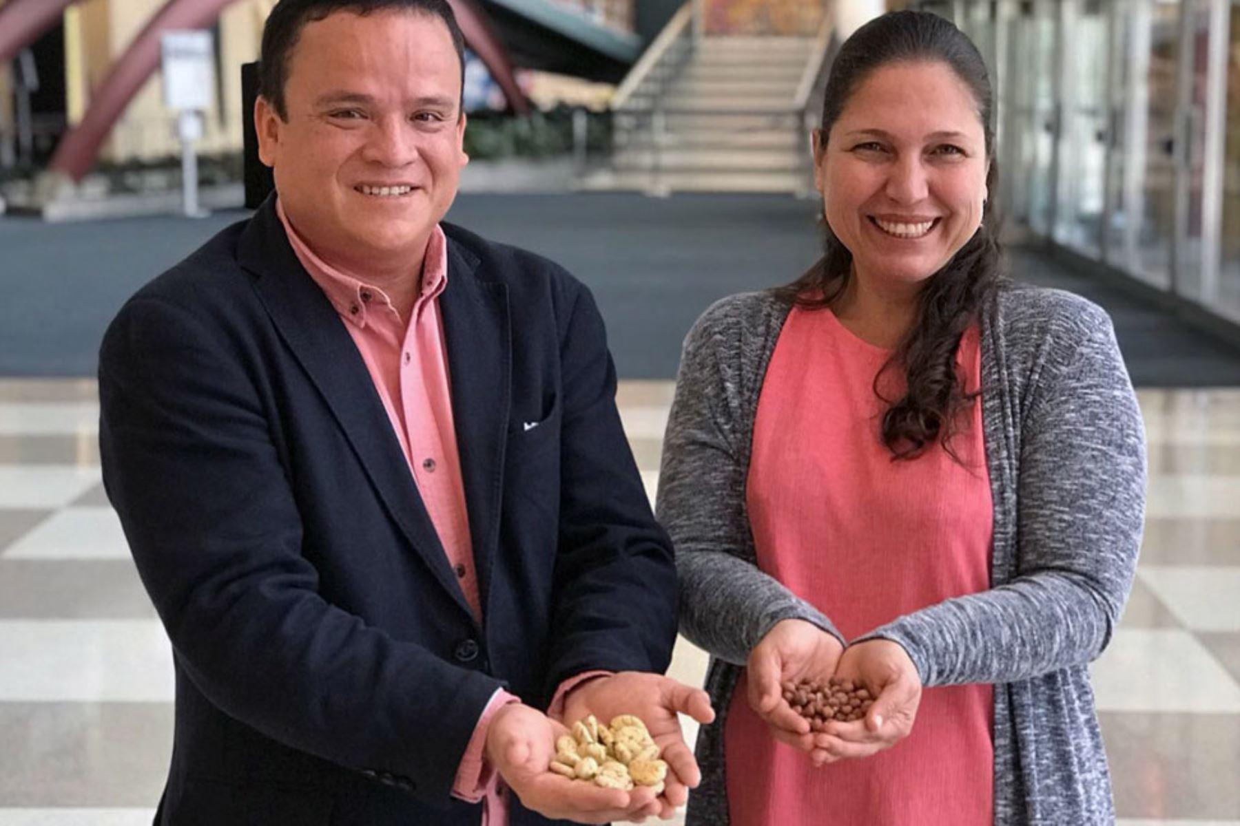 Karina Pinasco y Miguel Tang muestran productos con sabor a conservación. Foto: ONU