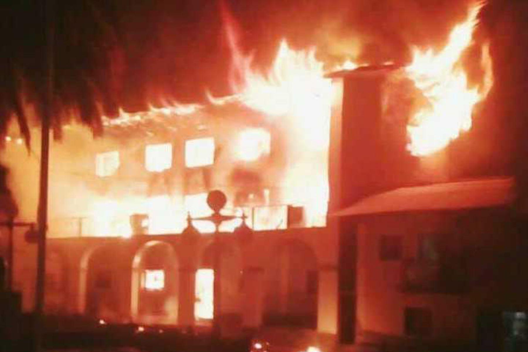 Incendio reduce a cenizas local municipal de distrito de Huandoval, provincia de Pallasca, región Áncash. ANDINA