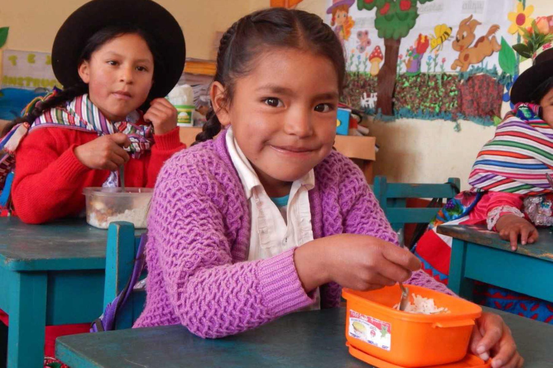 En la región Ayacucho, Roberta y Vanesa van tejiendo a diario sus historias de superación a 3,500 metros de altura. Mientras Roberta ha mejorado su participación en clases y Vanesa tiene un buen rendimiento escolar, gracias al Programa Nacional de Alimentación Social Qali Warma.