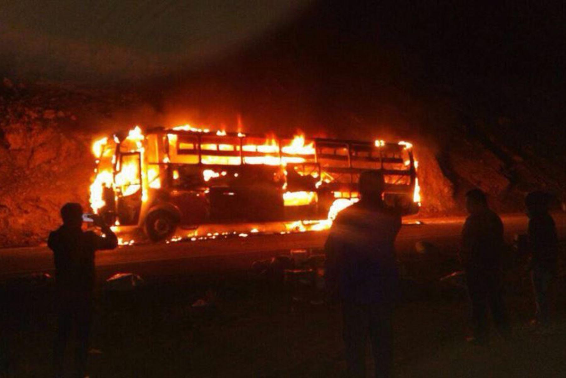 Pasajeros salvan de morir al incendiarse un ómnibus interprovincial en carretera a Huancavelica. ANDINA/Pedro Tinoco