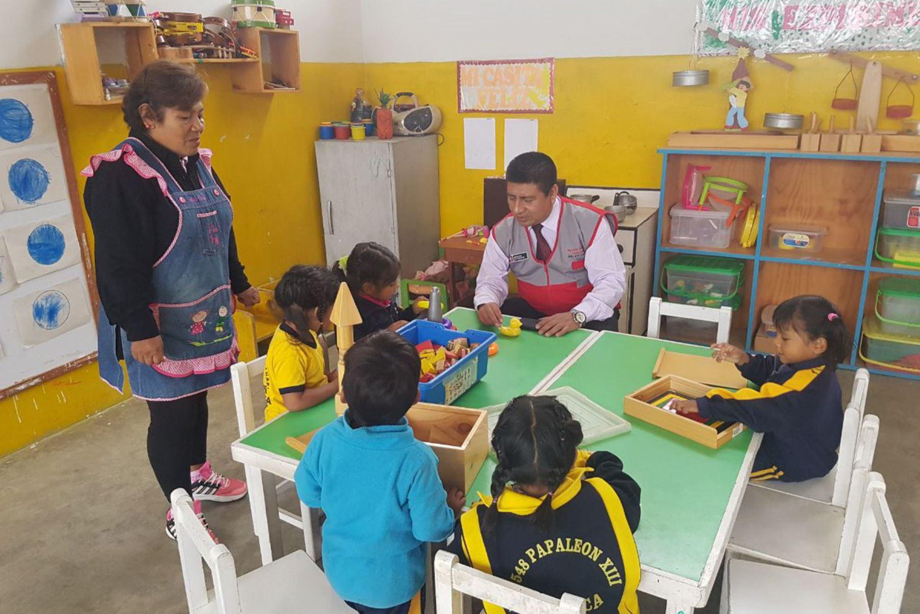 Especialistas del Ministerio de Educación supervisan colegios de Mala, en Cañete, para verificar daños por sismo de magnitud 5.5. ANDINA/Difusión