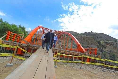 Presidente Martín Vizcarra inspecciona la construcción del puente Santa María del Valle