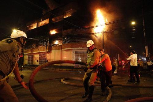 Incendio en almacenes de cuero en el Rimac