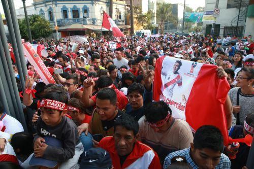 Hinchas marchan por Lima en respaldo a Paolo Guerrero