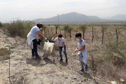 Más de 100 voluntarios participan de jornada de limpieza en el Santuario Histórico Bosque de Pómac, en Lambayeque. ANDINA
