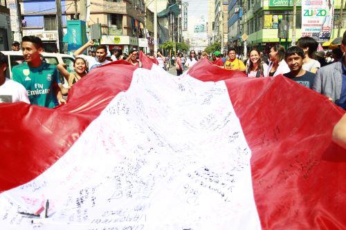 """Comerciantes de Gamarra pasean la """"Bandera Guerrera¨, en apoyo a Paolo Guerrero"""