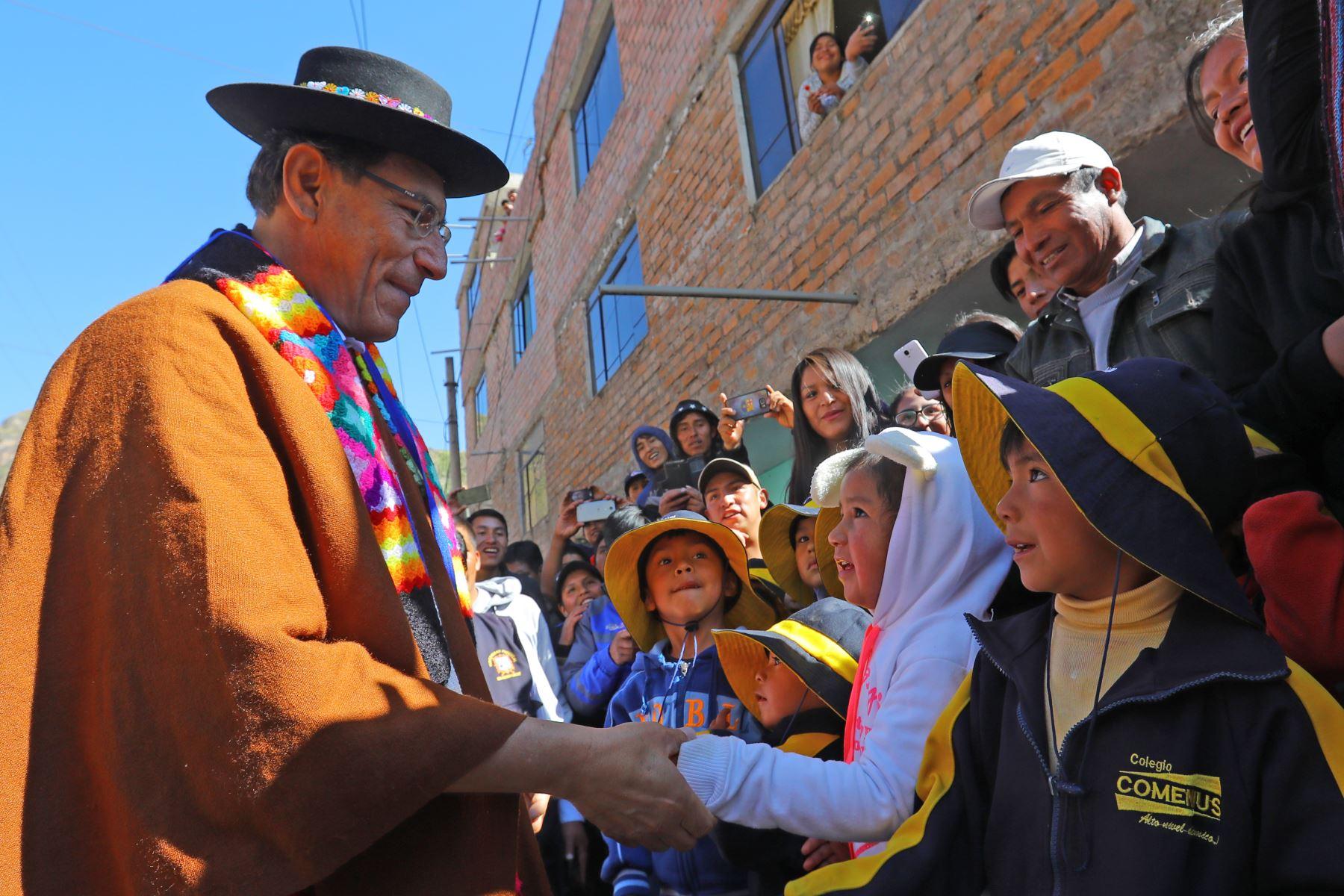 Jefe del Estado, Martín Vizcarra, inspecciona instituciones educativas emblemáticas Daniel Hernández en Pampas y José María Arguedas de Licacay-Angaraes. Foto: ANDINA/Presidencia.