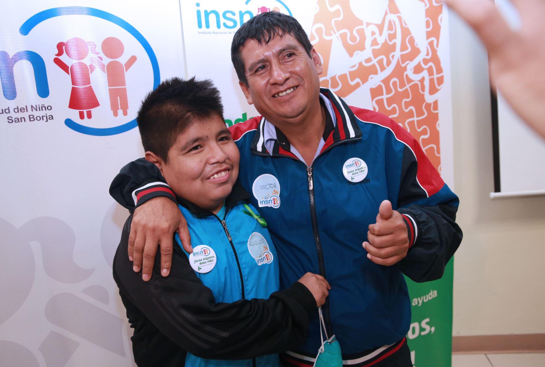 Ejemplar padre le dio vida por segunda vez a su hijo, al donarle un riñón. Foto: ANDINA/Norman Córdova