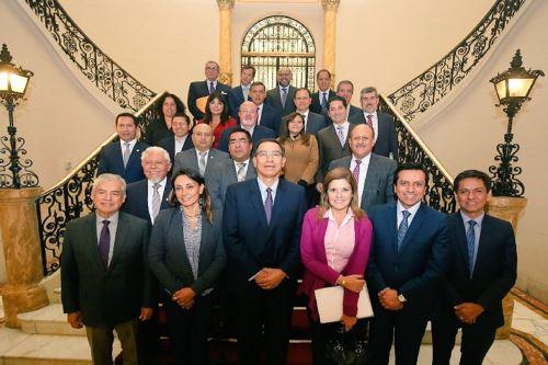 Bancada PPK posa junto al presidente de la República, Martín Vizcarra, el titular de la PCM, César Villanueva, así como un grupo de ministros de Estado. Foto: Bancada PPK.