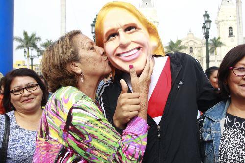 """Hinchas peruano realizan """"Banderazo por la blanquiroja"""""""