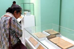 Mujer contempla los manuscritos de Tombuctú en el Museo Nacional de Nueva Delhi Foto: EFE