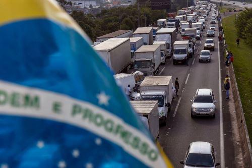 Camioneros brasileños bloquean carretera cerca a Sao Paulo Foto: AFP